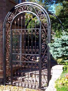 Садовая кованая калитка с аркой
