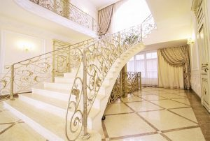 Кованое ограждение, мраморная лестница