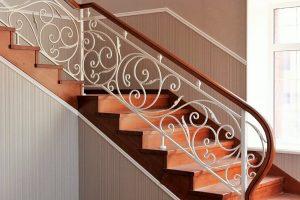 Металлокаркасная лестница с кованым ограждением