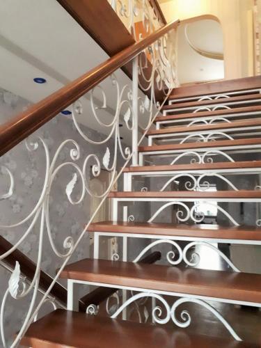 Лестница на металлокаркасе кованые подступенки