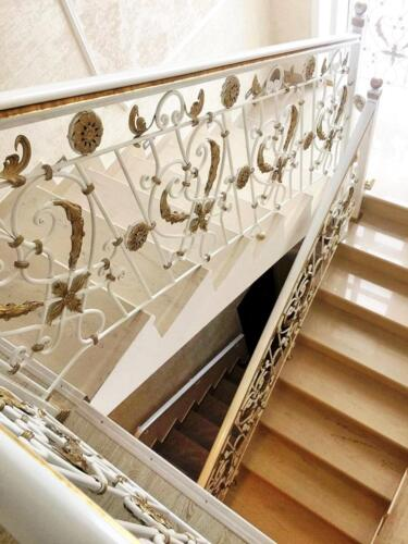 Белое кованое ограждение для лестницы