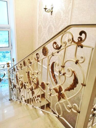 Белое кованое ограждение лестницы