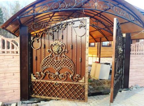 Кованые ворота с навесом