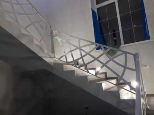 Ограждение лестницы металл хай-тек